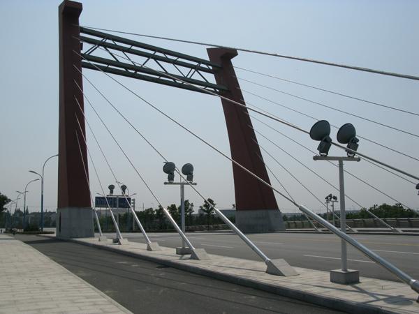 桥上采用无背索斜拉塔装饰